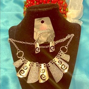 Paparazzi Jewelry Set earrings and necklace!!